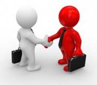 un dirigent et un client se serrent a main