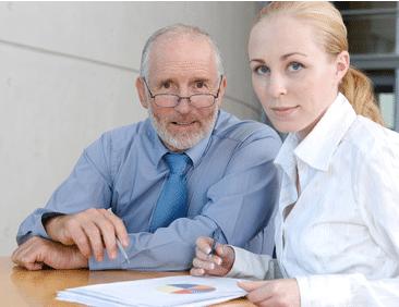retraité travaillant avec une jeune